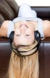 atrakcyjni hełmofony używać kobiety Obraz Royalty Free