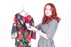 Atrakcyjni kobiet spojrzenia przy wysoką ceną suknia obraz royalty free