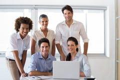 Atrakcyjni ludzie biznesu ono uśmiecha się w miejscu pracy zdjęcia royalty free