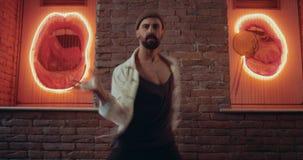 Atrakcyjni mężczyzna tanczy profesjonalisty w czerwonym oświetleniowym pokoju z zadziwiającym tłem zbiory