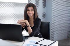 Atrakcyjni młodzi businesslady w czarnym silnym apartamencie siedzą przy biurowym stołem Obrazy Royalty Free