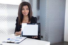Atrakcyjni młodzi businesslady w czarnym silnym apartamencie siedzą przy biurowym stołem Fotografia Stock