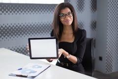 Atrakcyjni młodzi businesslady w czarnym silnym apartamencie siedzą przy biurowym stołem Obraz Stock
