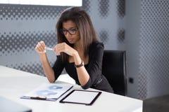 Atrakcyjni młodzi businesslady w czarnym silnym apartamencie siedzą przy biurowym stołem Zdjęcie Royalty Free