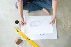 Atrakcyjni młodzi azjatykci dorosli patrzeje domowi plany Fotografia Stock