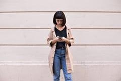 Atrakcyjni modni nastolatków teksty na smartphone fotografia royalty free