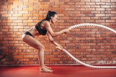 Atrakcyjni potomstwa i sportowa dziewczyna używa trenować Fotografia Royalty Free