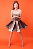 Atrakcyjni potomstwa projektująca dziewczyna jest iść robić zakupy Fotografia Royalty Free