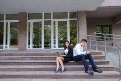 Atrakcyjni ufni ludzie, Kaukaska chłopiec i azjata dziewczyny entrep, Fotografia Stock