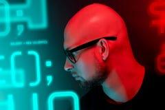 Atrakcyjny łysy mężczyzna z brodą w szkłach na neonowego światła tle zdjęcia royalty free
