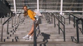 Atrakcyjny Śliczny Młody modnisia Millenial kobiety uczeń ma zabawę Jedzie słuchanie i balas muzyka przy Miastowym zbiory