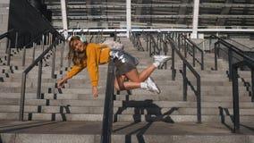 Atrakcyjny Śliczny Młody modnisia Millenial kobiety uczeń ma zabawę Jedzie słuchanie i balas muzyka przy Miastowym zdjęcie wideo