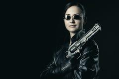 Atrakcyjny żeński agent z nastroszonym pistoletem Zdjęcia Royalty Free