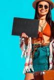 atrakcyjny żeński artystyczny podróżnik z czerni walizką i deską obrazy royalty free
