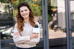 atrakcyjny żeński dziennikarza mienia mikrofon i patrzeć zdjęcie royalty free