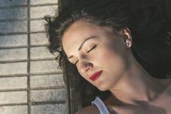 Atrakcyjny żeński lying on the beach na parkowej ławce obraz royalty free