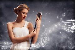 Atrakcyjny żeński piosenkarz z mikrofonem obraz royalty free