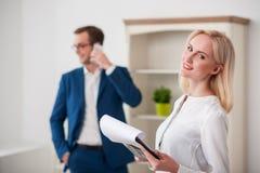 Atrakcyjny żeński pośrednik handlu nieruchomościami pracuje z klientem Zdjęcia Stock