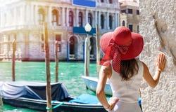 Atrakcyjny żeński turysta przy kanałem Grande w Wenecja, Włochy obraz stock