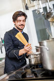 Atrakcyjny życzliwy szefa kuchni narządzania spaghetti Zdjęcie Royalty Free
