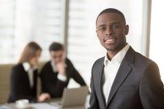 Atrakcyjny afro amerykański biznesmen patrzeje kamerę, afrykanin Zdjęcia Royalty Free