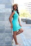 Atrakcyjny afrykanina model opiera przeciw ścianie w sukni Fotografia Stock
