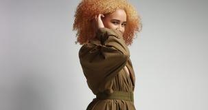 Atrakcyjny afrykanina model w khakim deszczowu Zdjęcie Royalty Free