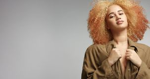 Atrakcyjny afrykanina model w khakim deszczowu Zdjęcia Royalty Free