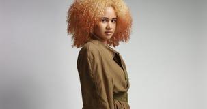 Atrakcyjny afrykanina model w khakim deszczowu Obraz Royalty Free