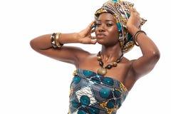 Atrakcyjny afrykanina model w tradycyjnej sukni Obrazy Stock