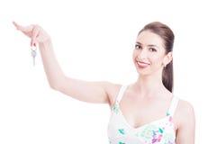 Atrakcyjny agenta lub sprzedawcy seansu klucz jako nieruchomości pojęcie Zdjęcie Royalty Free