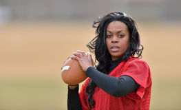Atrakcyjny amerykanin afrykańskiego pochodzenia kobiety gracz futbolu Zdjęcia Royalty Free