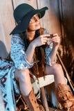 Atrakcyjny artystyczny kobiety obsiadanie z harmonijką zdjęcia stock