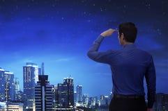 Atrakcyjny azjatykci biznesmen patrzeje miasto Zdjęcie Stock