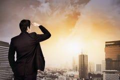 Atrakcyjny azjatykci biznesmen patrzeje niebo Zdjęcia Stock