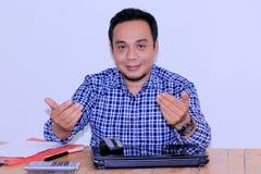Atrakcyjny azjatykci młody bussinessman z ręka gestem łączy z my fotografia royalty free