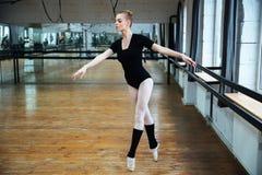 Atrakcyjny balerina taniec obrazy stock
