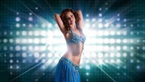 Atrakcyjny bellydancer światła ściany tło Zdjęcie Royalty Free