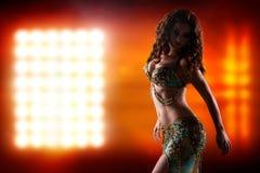Atrakcyjny bellydancer przed światło ściany tłem Fotografia Royalty Free