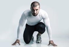 Atrakcyjny biegacz w zaczyna pozyci obrazy stock