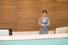 Atrakcyjny biurowy recepcjonista Obrazy Royalty Free