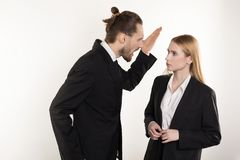 Atrakcyjny biznesmen krzyczy przy jego podwładnym który no może podołać z brodą i modna fryzura w czarnym kostiumu obrazy royalty free