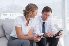 Atrakcyjny biznesmen pokazuje coś na jego telefonie komórkowym zdjęcia royalty free