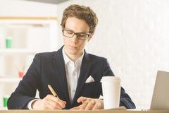Atrakcyjny biznesmen robi papierkowej robocie zdjęcie royalty free