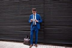 Atrakcyjny biznesmen używa pastylka komputer Obraz Stock