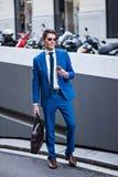 Atrakcyjny biznesmen używa telefon Zdjęcie Stock