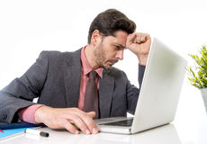 Atrakcyjny biznesmen w kostiumu i krawacie pracuje w stresie przy offi Zdjęcie Stock