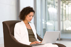 atrakcyjny biznesowy laptopu kobiety działanie fotografia stock