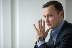 Atrakcyjny biznesowy mężczyzna siedzi pensively patrzeć obraz royalty free