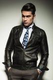 Atrakcyjny biznesowy mężczyzna w skórzanej kurtce Obrazy Stock